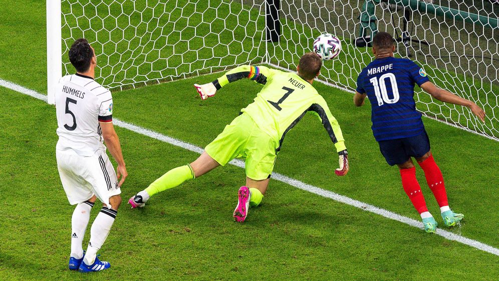 Deutschland kassiert durch ein Eigentor von Mats Hummels das 0:1 gegen Frank... - Bildquelle: imago
