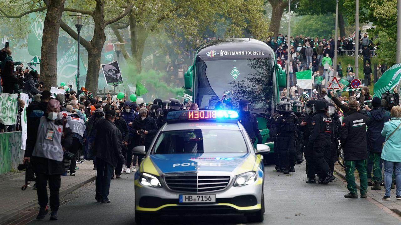 Bremen: Platz da für den Mannschaftsbus - Bildquelle: Imago Images