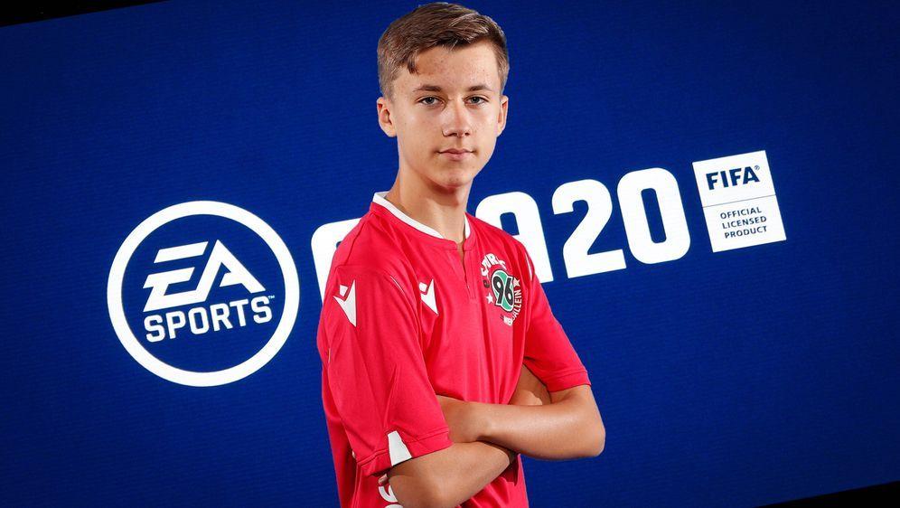 Dennis Malcherczy gilt als das vielleicht größte deutsche Talent im Videospi... - Bildquelle: imago images / Hannover 96