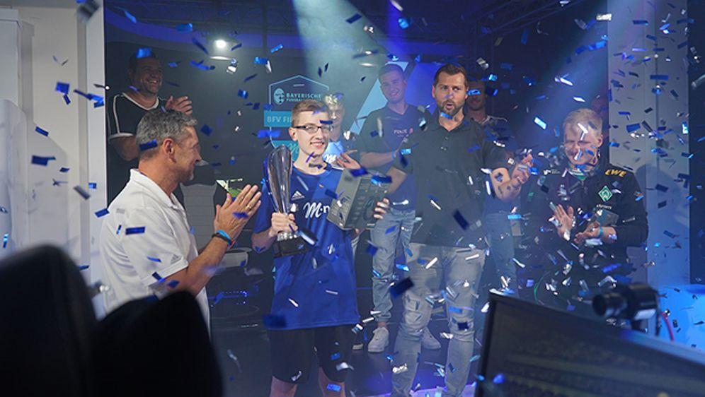 """Joshua """"Hallo255"""" Pohl (Mi.) sicherte sich den Sieg beimBFV eSports Cup 201... - Bildquelle: eSport Studio"""
