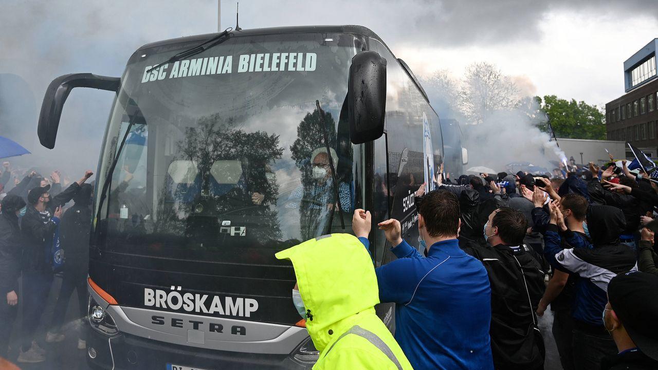 Vor dem Spiel: Arminia-Fans heizen ihre Mannschaft ein - Bildquelle: imago images/Ulrich Hufnagel