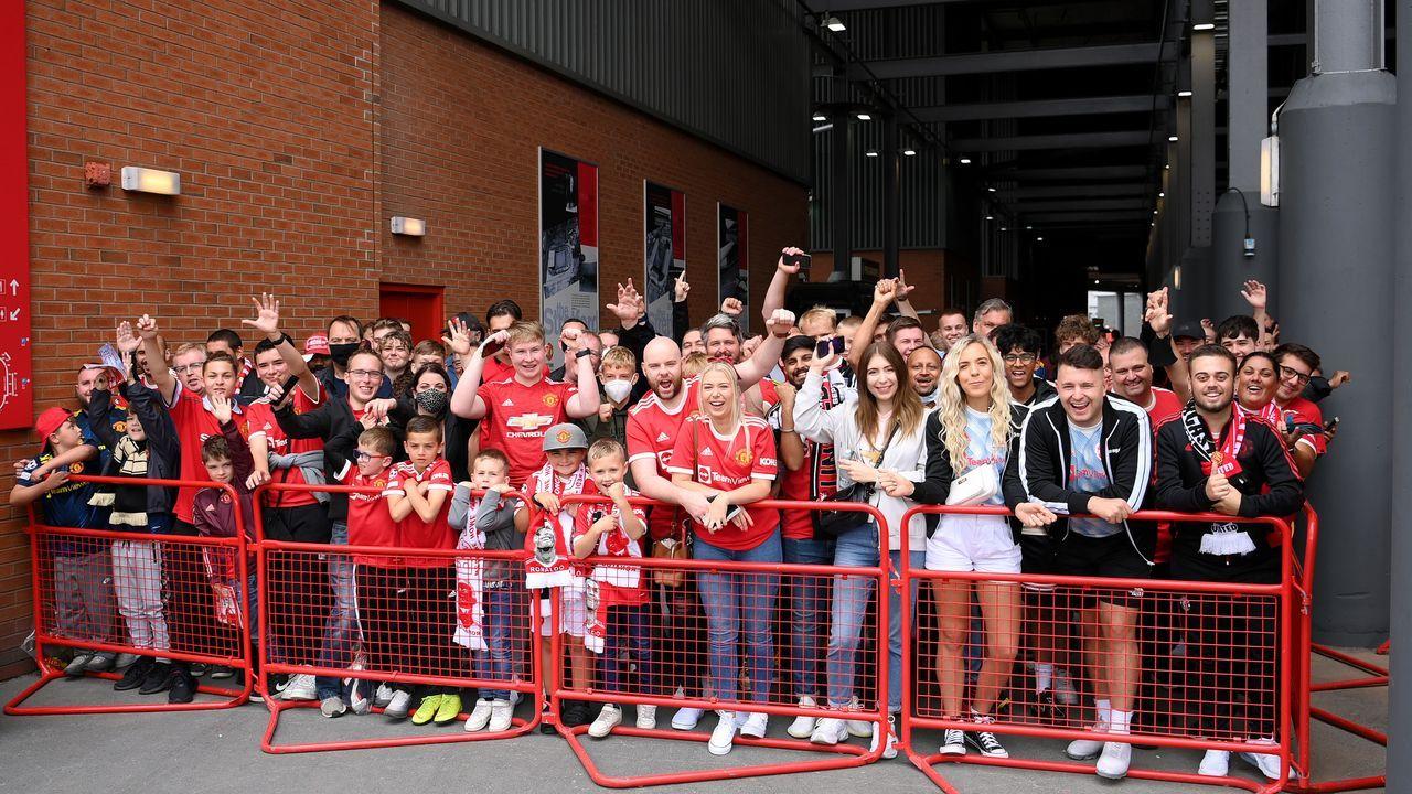 Stunden vor Anpfiff: Fans warten vor dem Stadion - Bildquelle: 2021 Getty Images