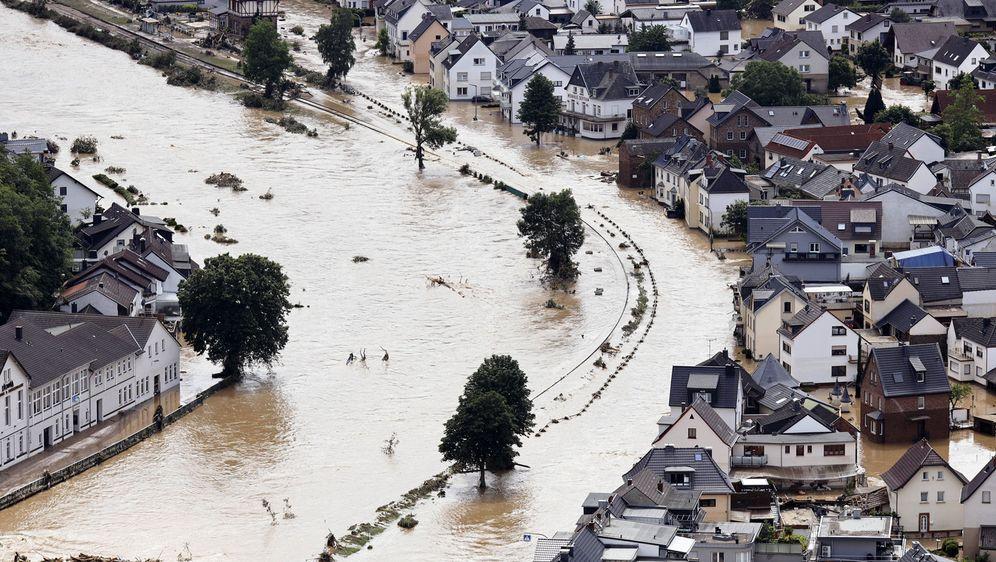 Die Wassermassen bahnen sich ihren Weg: Dutzende Ortschaften in Deutschland ... - Bildquelle: imago