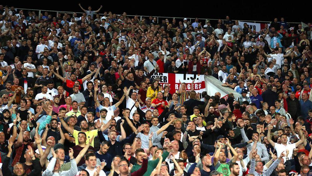 Englische Fans reagieren auf die rassistischen Ausfälle der bulgarischen Anh... - Bildquelle: 2019 Getty Images