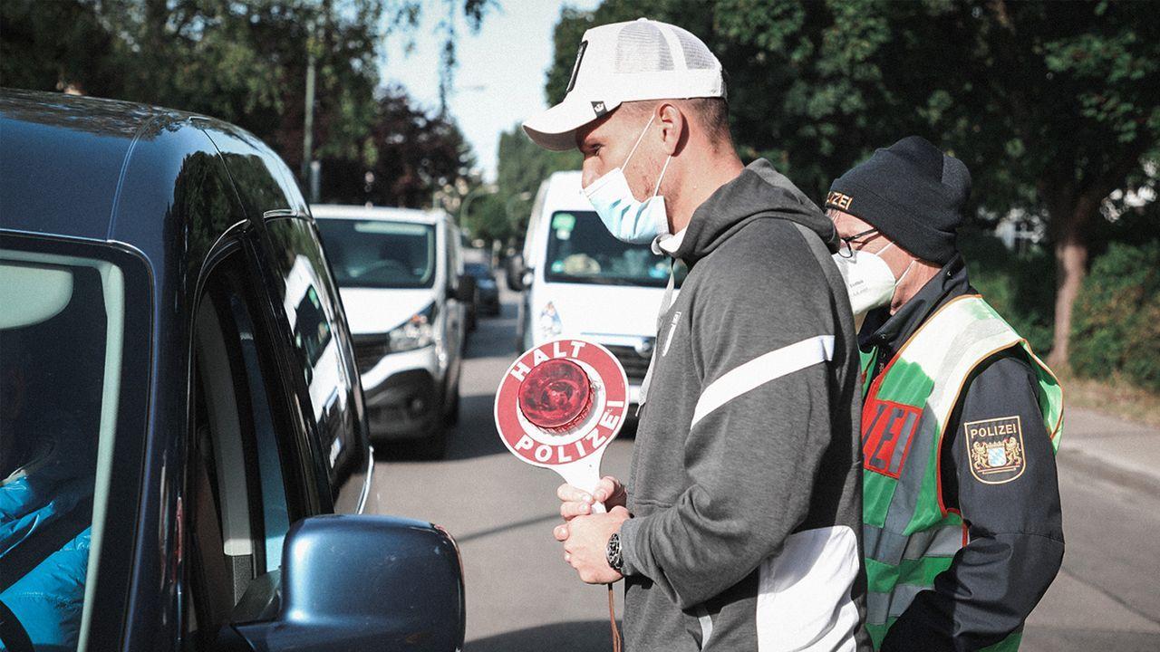 Biss in die Zitrone! Niederlechner bestraft Verkehrssünder - Bildquelle: Twitter FC Augsburg