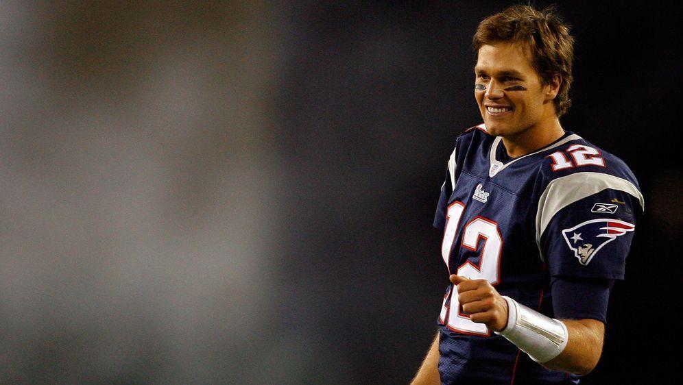 Tom Brady nimmt nach 20 Jahren und sechs Super-Bowl-Triumphen Abschied von d... - Bildquelle: 2007 Getty Images