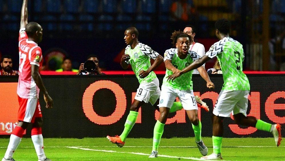 Odion Ighalo (M.) erzielt den Siegtreffer für Nigeria - Bildquelle: AFPSIDGIUSEPPE CACACE