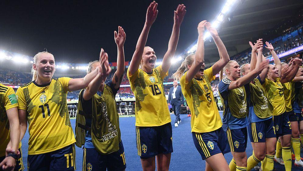 So sehen Siegerinnen aus: Die schwedische Auswahl feiert den Einzug ins Vier... - Bildquelle: Getty Images