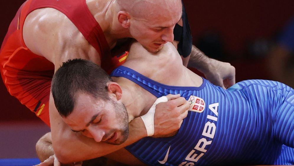 Frank Stäbler (rot) erreicht das Viertelfinale - Bildquelle: AFPSIDJACK GUEZ