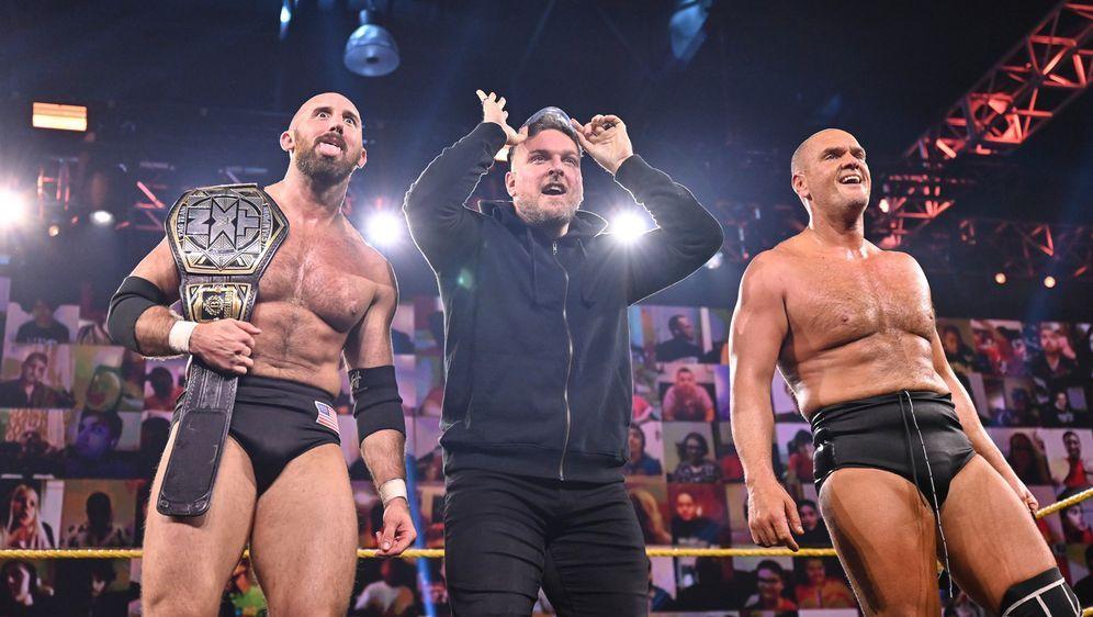 Pat McAfee (Mitte) hat Danny Burch (rechts) und Oney Lorcan (links) zum Tite... - Bildquelle: WWE