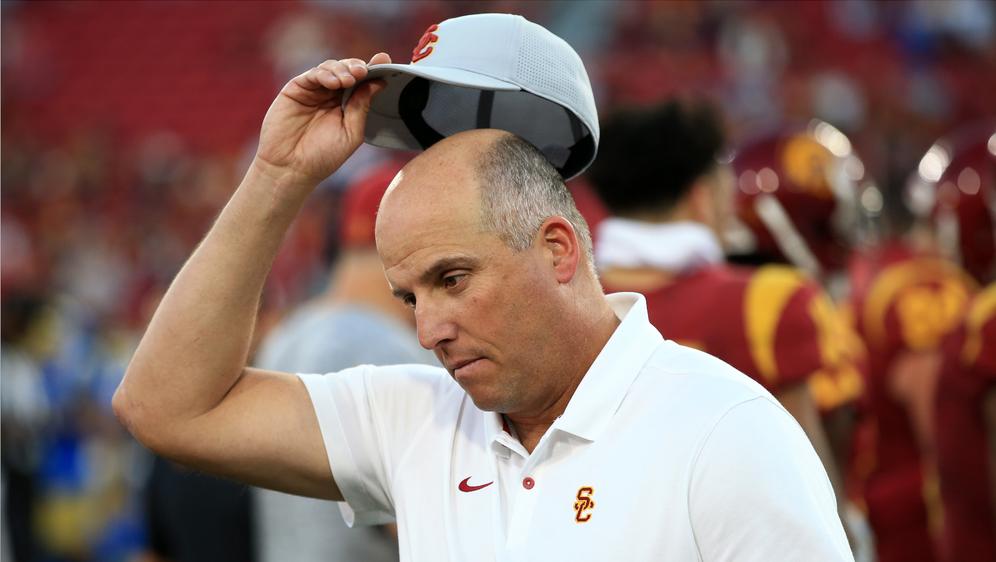USC-Headcoach Clay Helton muss seinen Hut nehmen. - Bildquelle: Getty Images