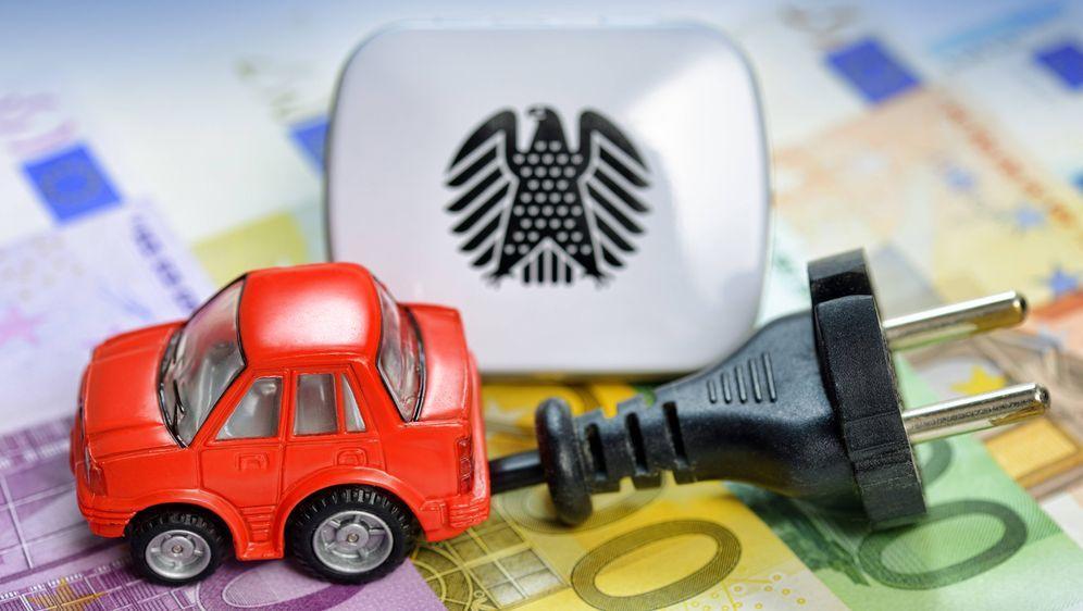 Beim Umstieg auf Elektroautos kann man bares Geld sparen. - Bildquelle: imago/Christian Ohde