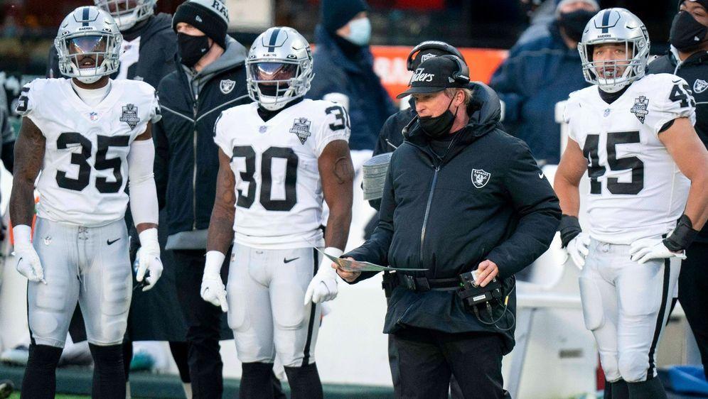 Raiders-Coach Jon Gruden steht aktuell in der Kritik - Bildquelle: Imago