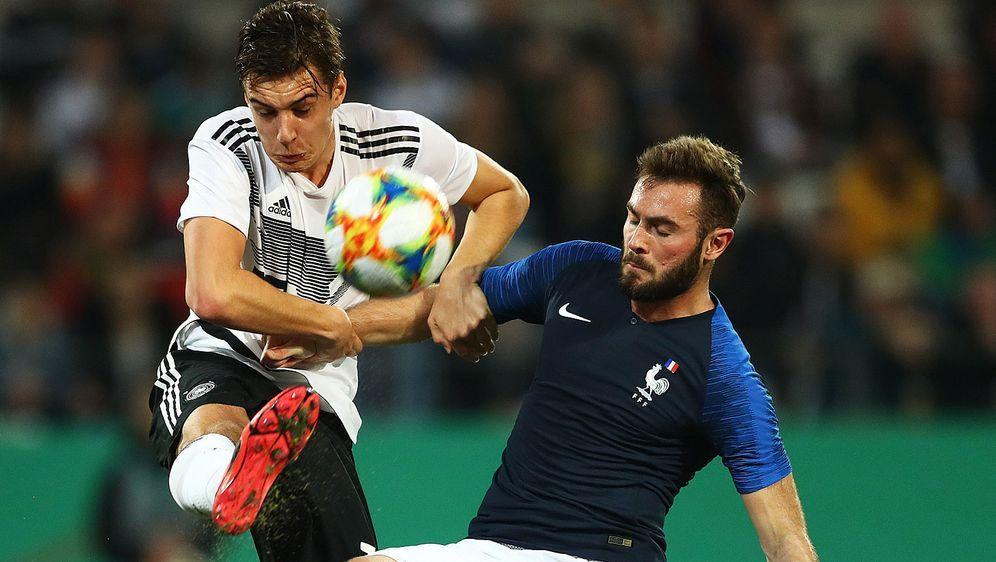 Augen zu und durch: Florian Neuhaus (l.) nimmt es im Testspiel der deutschen... - Bildquelle: Getty Images