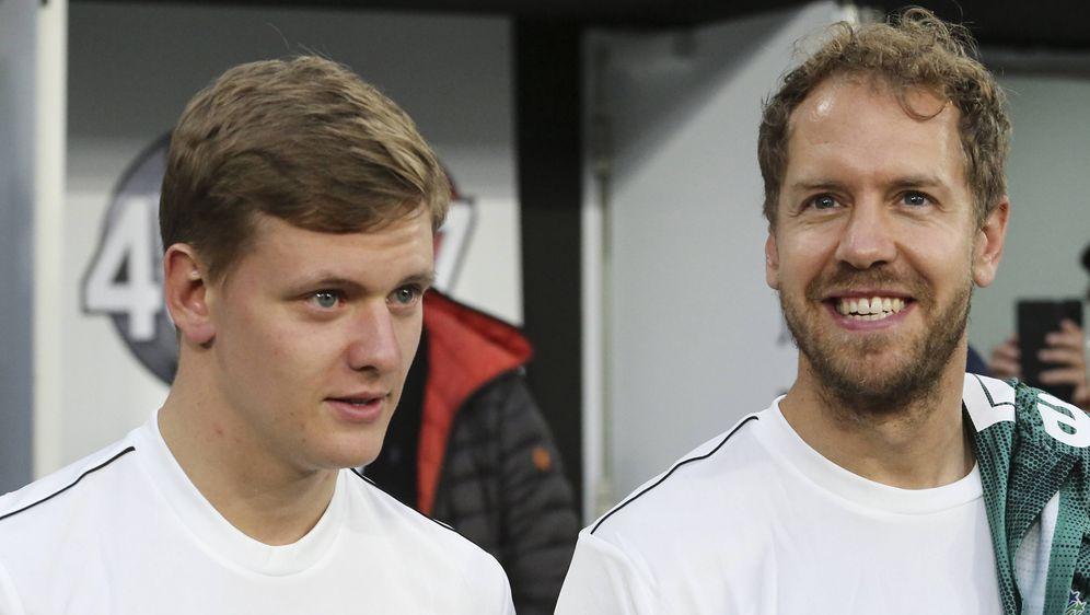 Sebastian Vettel (rechts) und Nachwuchshoffnung Mick Schumacher. - Bildquelle: imago images / ZUMA Press