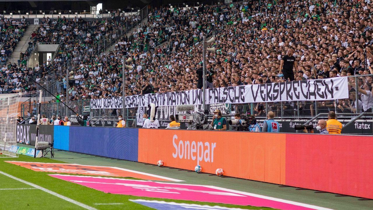 Fans entrollen Spruchband - Bildquelle: Imago