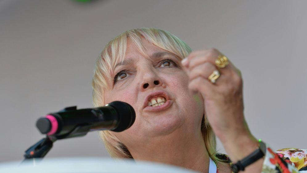 Claudia Roth richtet scharfe Kritik an den DFB - Bildquelle: AFPSIDGUENTER SCHIFFMANN
