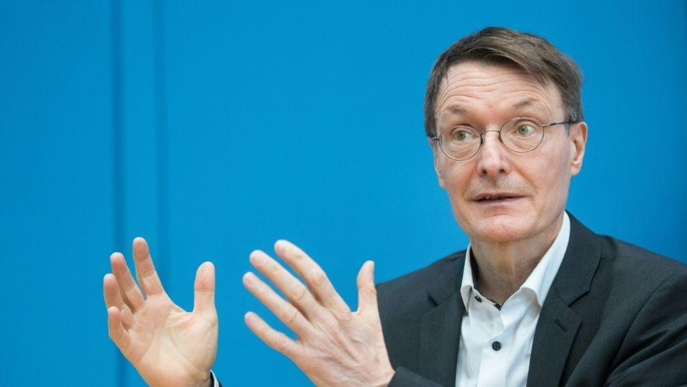 Lauterbach: EM wird keine Infektionswelle auslösen - Bildquelle: AFPSIDSTEFANIE LOOS