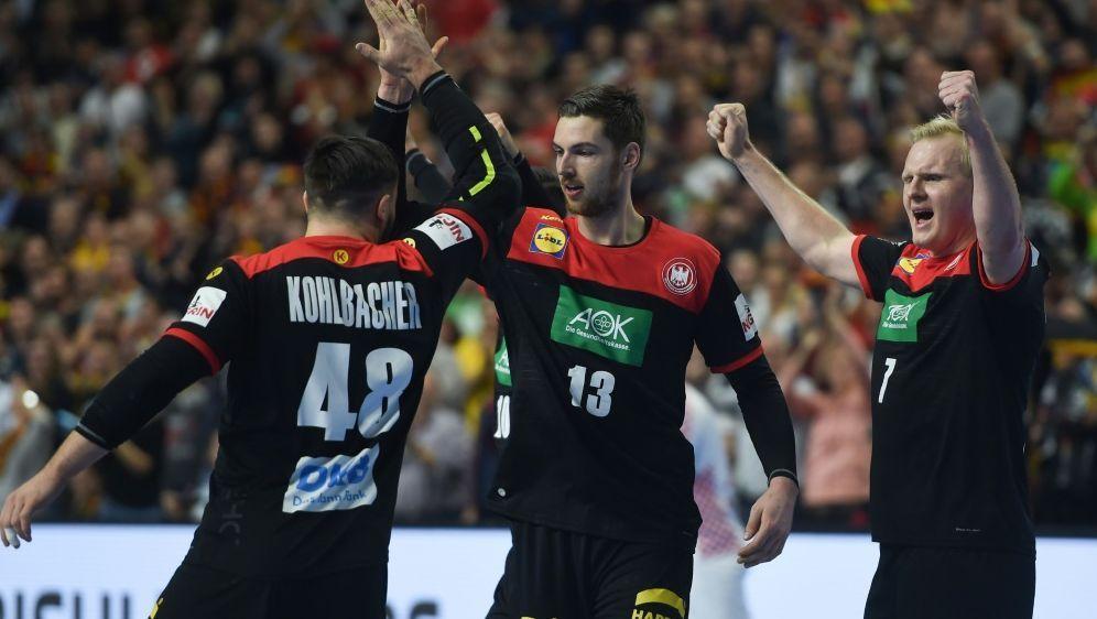 Das DHB-Team bejubelt den Einzug ins Halbfinale - Bildquelle: AFPSIDPATRIK STOLLARZ