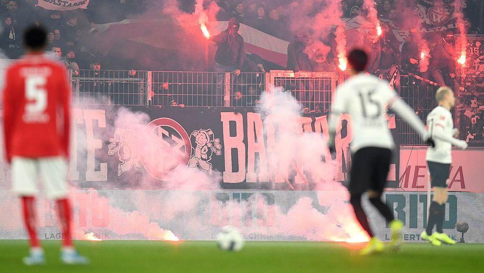 Unschöne Szenen in Mainz: Fans von Eintracht Frankfurt werfen Pryo auf den R... - Bildquelle: getty