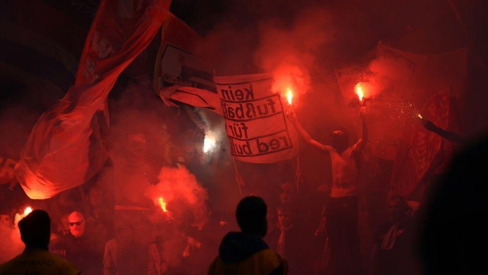 Leipziger und Münchner Fans brannten Pyro ab - Bildquelle: AFPSIDTOBIAS SCHWARZ