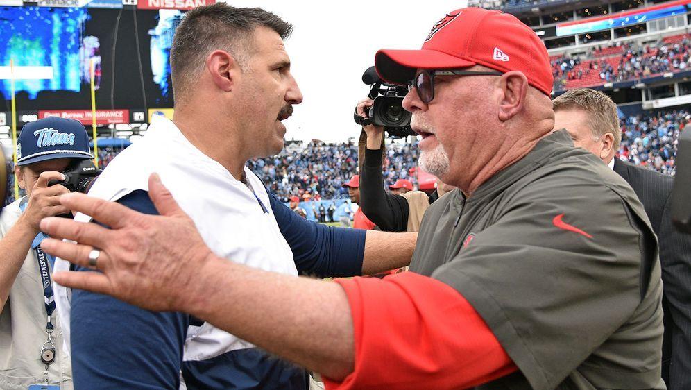 Bruce Arians (r.) und Mike Vrabel stehen sich in der Preseason gegenüber. - Bildquelle: imago images/Icon SMI