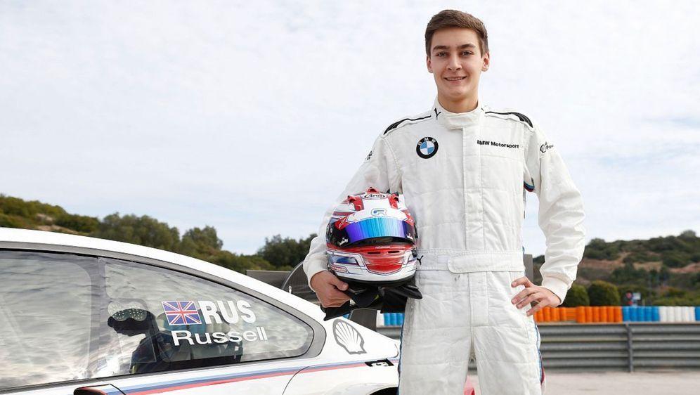 George Russell stand kurz vor einem DTM-Cockpit mit BMW, als Mercedes ihn 20... - Bildquelle: BMW