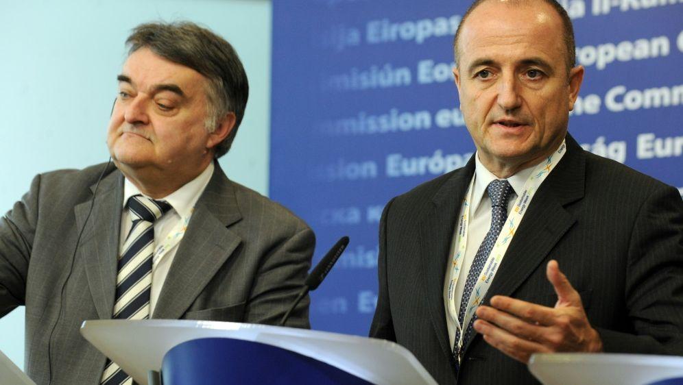 NRW-Innenminister Reul (links) fordert mehr Sicherheit - Bildquelle: AFPSIDGEORGES GOBET