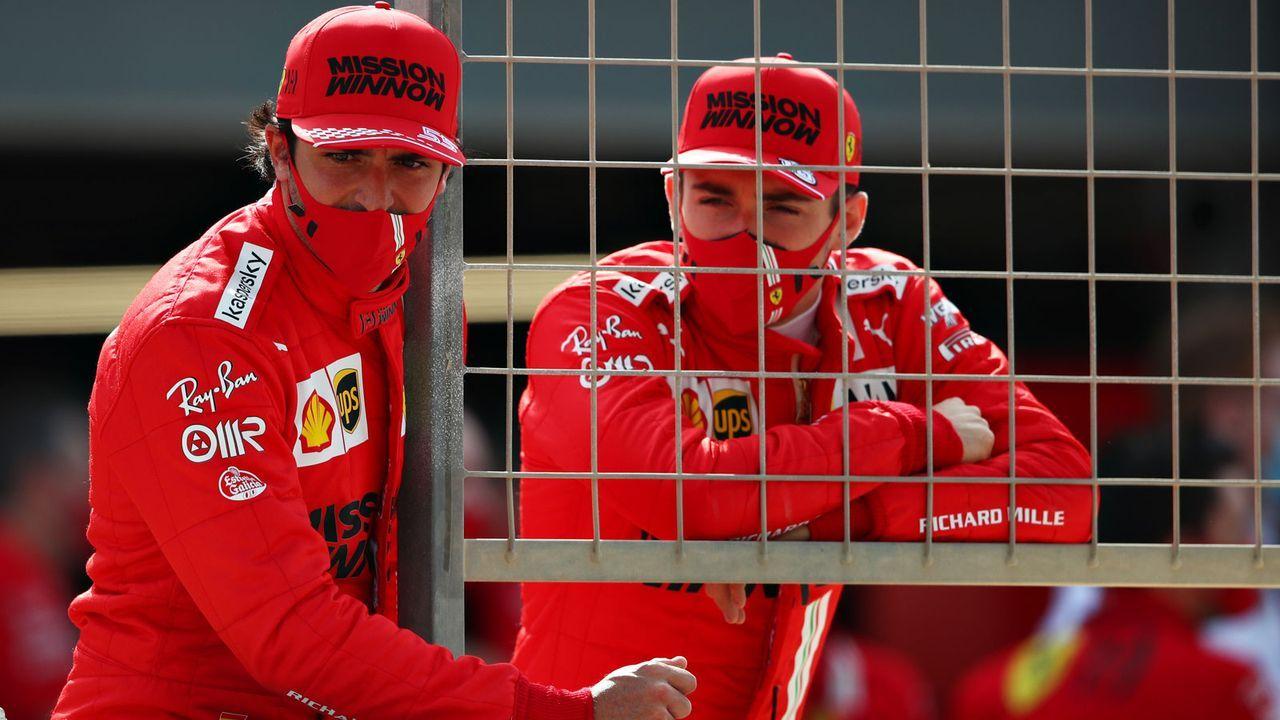 Bahrain-Tests: Ferrari-Duo lauert an der Boxenmauer - Bildquelle: Getty Images