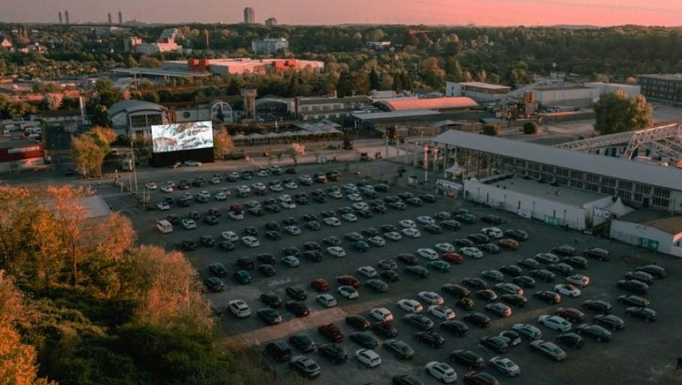 Viktoria-Anhänger können im Autokino mitfiebern - Bildquelle: Car WatchCar WatchCar Watch