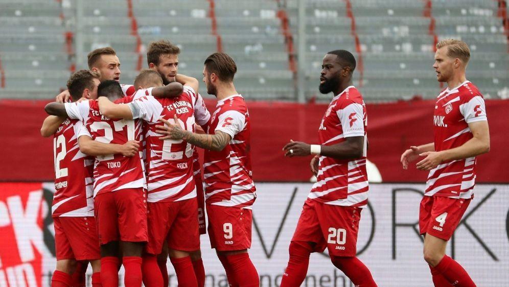 Die Würzburger Kickers bezwingen Hannover 2:1 - Bildquelle: FIROFIROSID