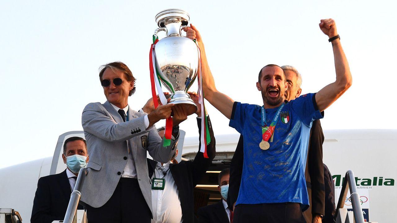 Chiellini zeigt den Pokal - Bildquelle: 2021 Getty Images