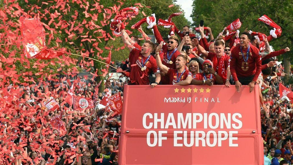 500.000 Fans feiern bei der Siegesparade in Liverpool - Bildquelle: AFPSIDOLI SCARFF