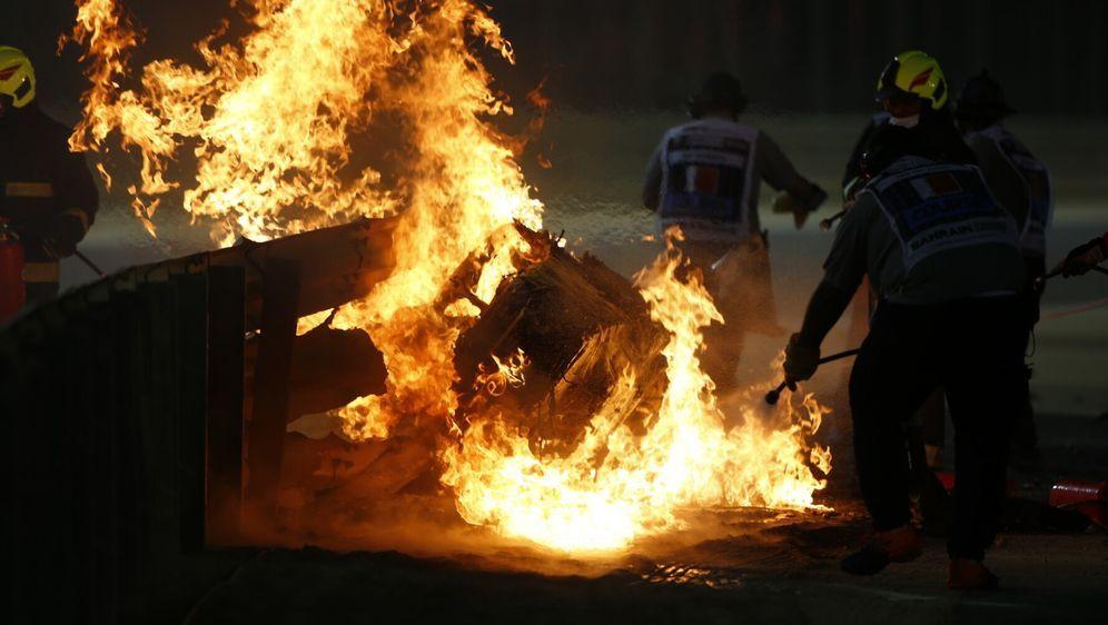 Romain Grosjean überstand seinen Unfall in Bahrain ohne größere Verletzungen... - Bildquelle: Motorsport Images
