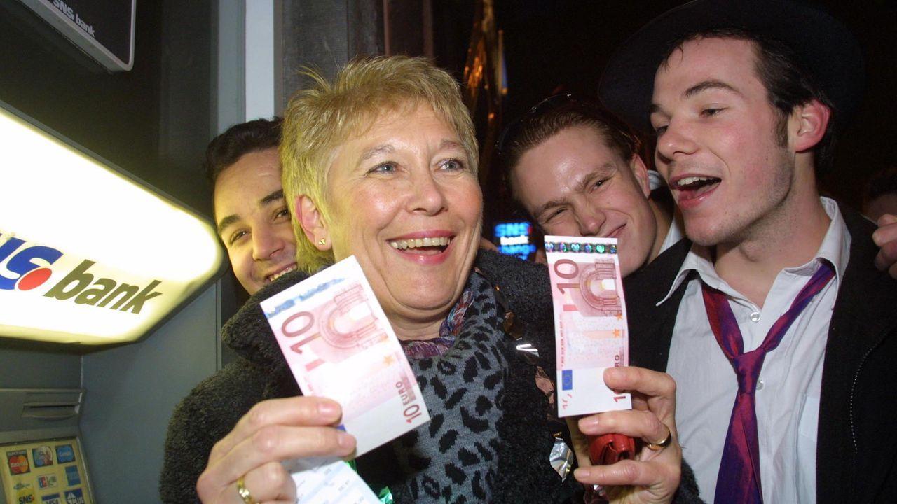 Der Euro wird eingeführt - Bildquelle: Getty