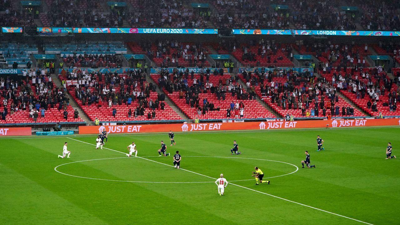 Kniefall vor dem Spiel - Bildquelle: imago images/PA Images