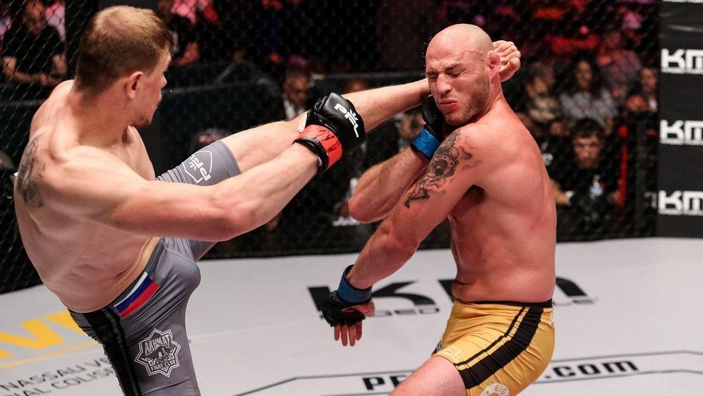 Maxim Grishin (li.) gewann gegen den unbesiegten UFC-Veteranen Jordan Johnso... - Bildquelle: Ryan Loco/PFL
