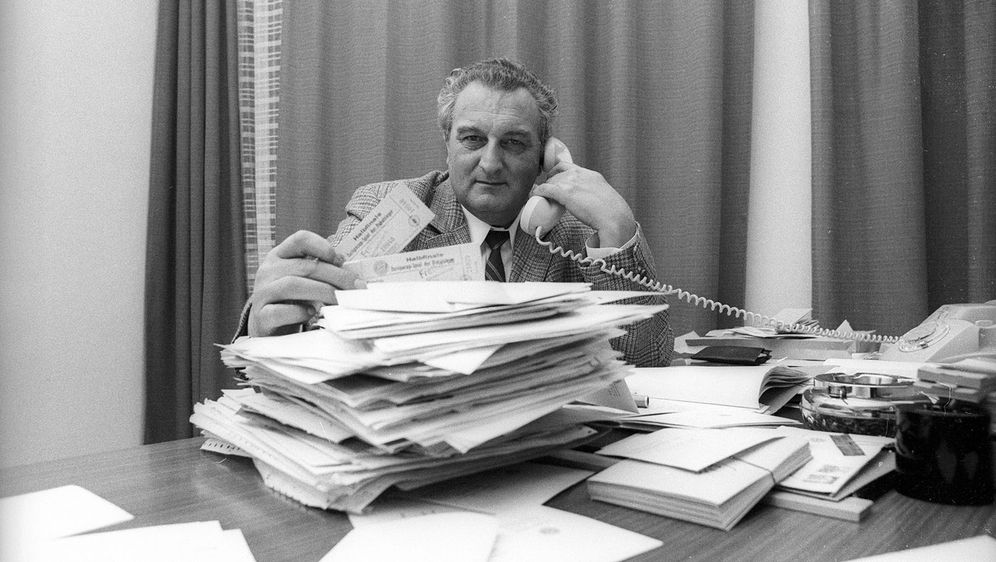 Walter FEmbeck war von 1957 bis 1983 Geschäftsführer des FC Bayern München. ... - Bildquelle: imago/Fred Joch