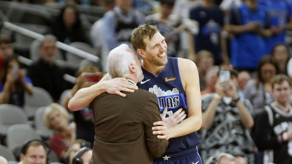 Dirk Nowitzki mit Spurs-Trainer Gregg Popvich - Bildquelle: GETTY AFPSIDRonald Cortes