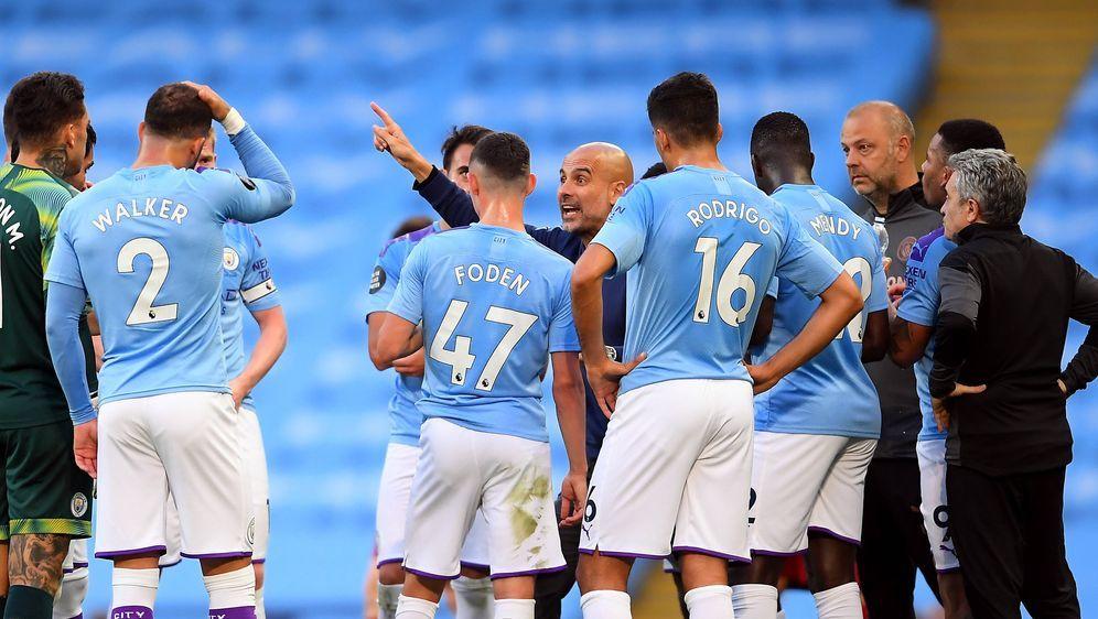 Pep Guardiola zeigt seinen Spielern an, wohin es bei Manchester City gehen s... - Bildquelle: imago images/PA Images