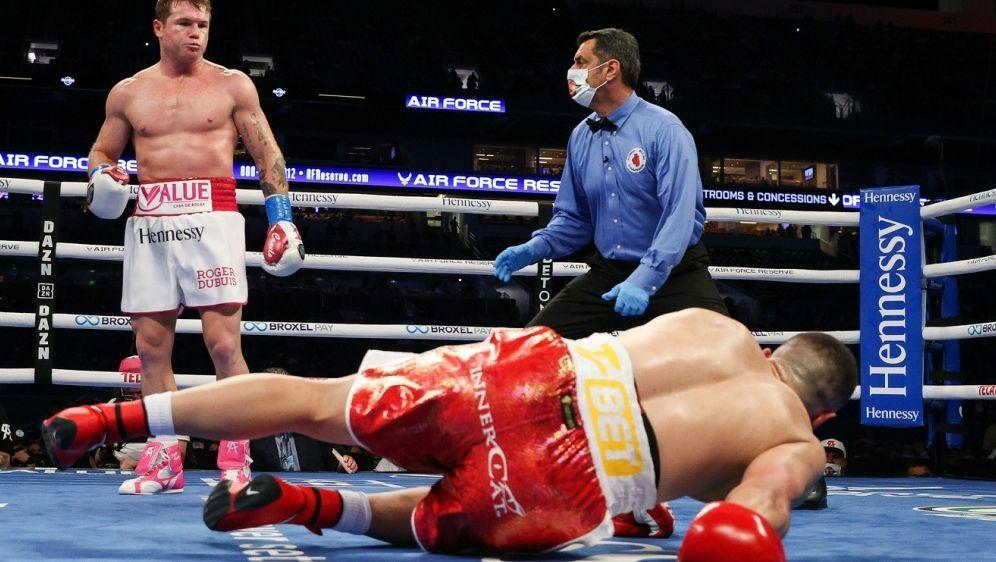 Alvarez (l.) schickt Yildirim auf die Bretter - Bildquelle: AFP PHOTOEd MulhollandMATCHROOMSIDEd Mulholland