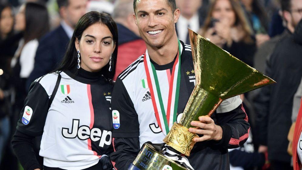 Cristiano Ronaldo und Freundin Georgina Rodriguez - Bildquelle: AFPSIDMarco Bertorello