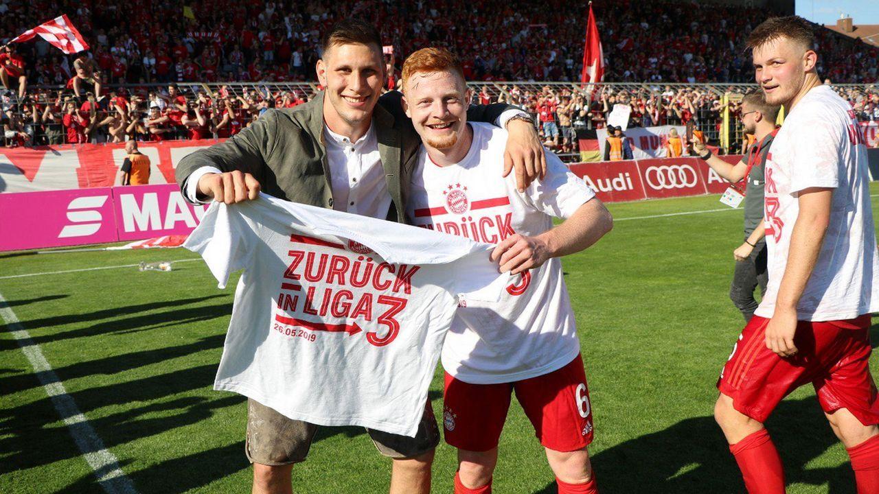 Double und Aufstieg der Amateure: Die Bayern feiern - Bildquelle: Twitter @FCBjuniorenteam