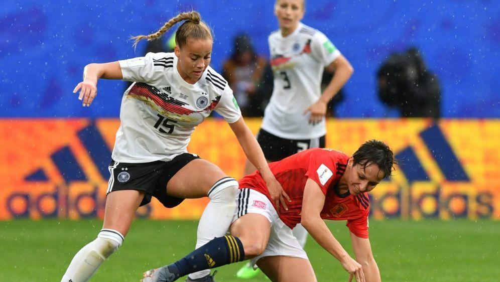DFB-Frauen um Gwinn (l.) treffen in Münster auf Irland - Bildquelle: AFPSIDDENIS CHARLET