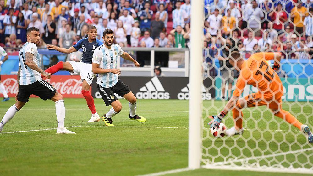 Spiel gedreht: Kylian Mbappe (2. v. l.) trifft zum zwischenzeitlichen 3:2 fü... - Bildquelle: Getty Images