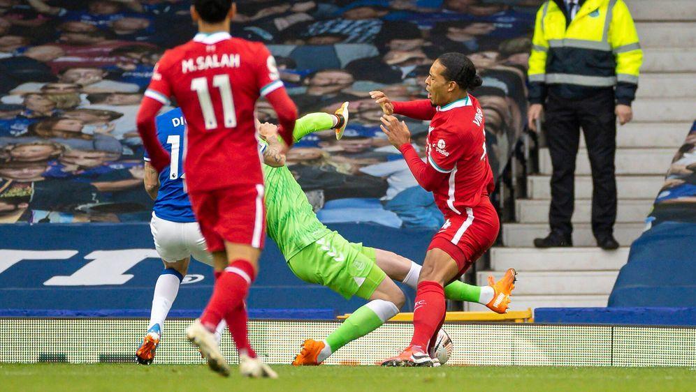 Virgil van Dijk verletzt sich gegen Everton schwer. - Bildquelle: imago images/Xinhua
