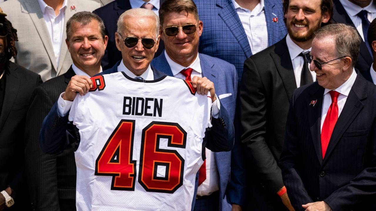 Neues Trikot für Präsident Biden  - Bildquelle: imago images/MediaPunch