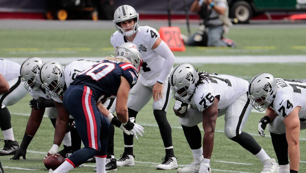 Quarterback Derek Carr könnte am Sonntag hinter einer komplett neuen O-Line ... - Bildquelle: imago images/Icon SMI