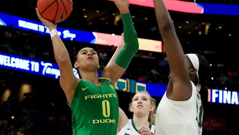 Satou Sabally (l.) wagt den Sprung in die WNBA - Bildquelle: AFPGETTY SIDMike Ehrmann