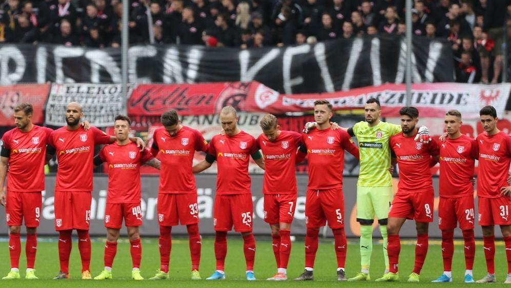 Der Hallescher FC wird beim Heimspiel gegen den SV Meppen in Gedenken an die... - Bildquelle: imago